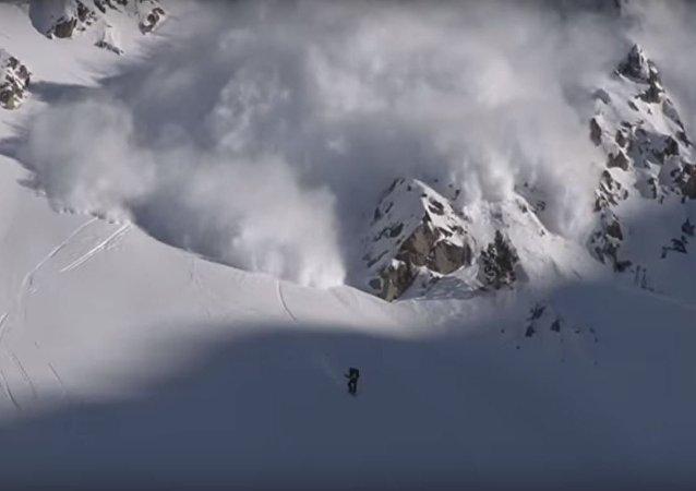 متزلج يتحدى الطبيعة