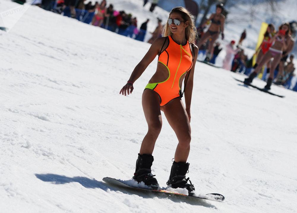 إحدى المشاركات في كرنفال BoogelWoogel في منتجع للتزلج روزا خوتور في سوتشي، روسيا