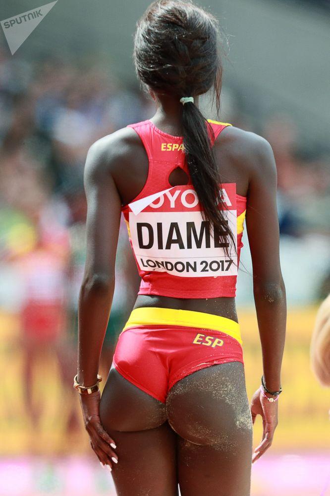 الإسبانية فاطمة ديامي خلال مرحلة التأهل لبطولة العالم في القفز بين النساء لعام 2017، لندن، إنجلترا