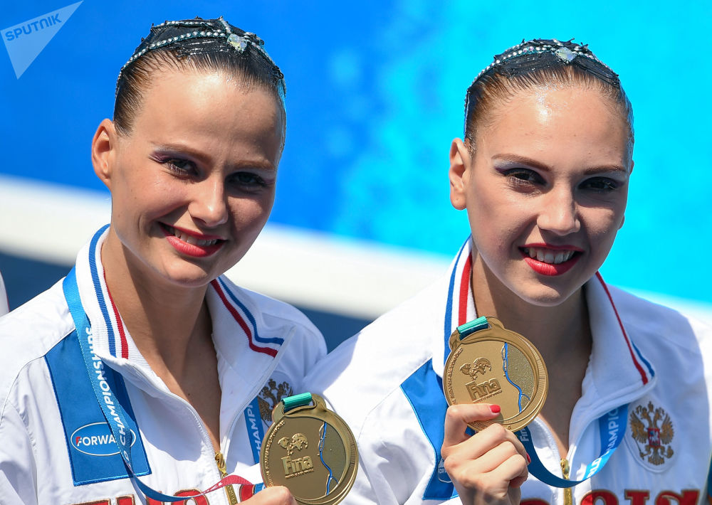 الرياضيتان الروسيتان سفيتلانا كوليسنيتشينكا وألكسندرا باتسكيفيتش، الحاصلتا على المداليات الذهبيات في بطولة العالم  للسباحة الإيقاعية الـ 22