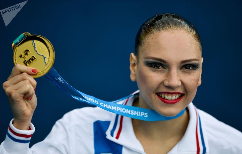 الروسية سفيتلانا كوليسنيتشينكا الحاصلة على المدالية الذهبية في بطولة السباحة الإيقاعية