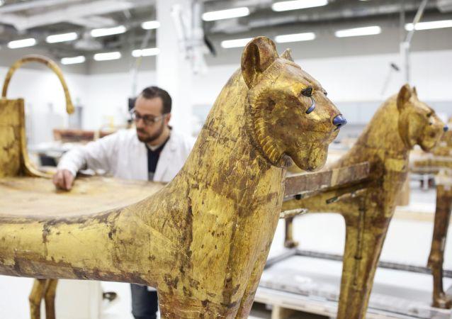 السرير الجنائزي من قبر الفرعون توت عنخ أمون في مركز ترميم الآثار التابع للمتحف المصري الكبير في الجيزة