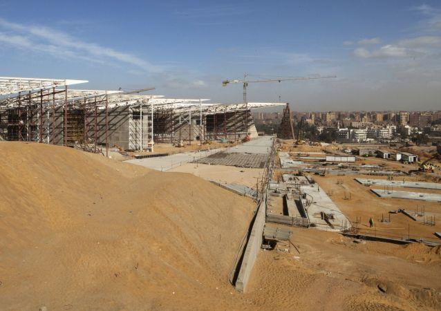 بناء المتحف المصري الكبير في الجيزة
