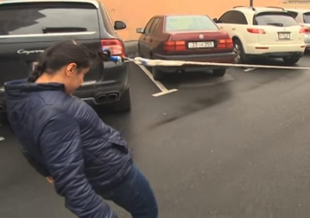 فتاة تسحب سيارة بشعرها