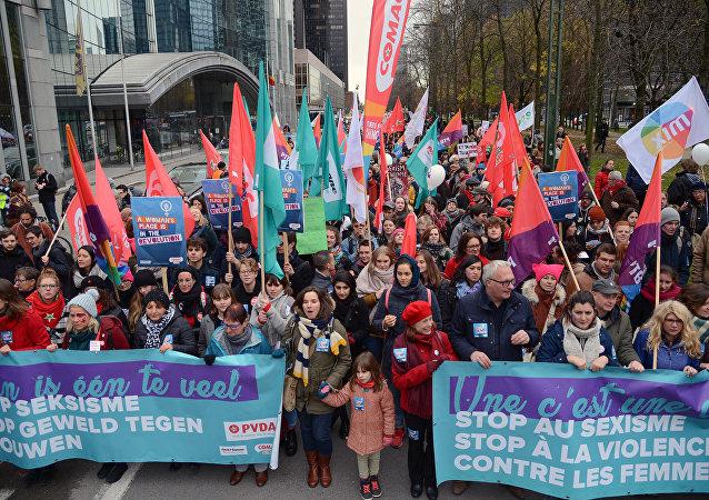 مظاهرة نسائية تندد بالعنف ضد المرأة