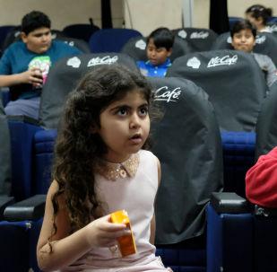 الأطفال في أول سينما في المملكة العربية السعودية في جدة على مدى 35 سنة