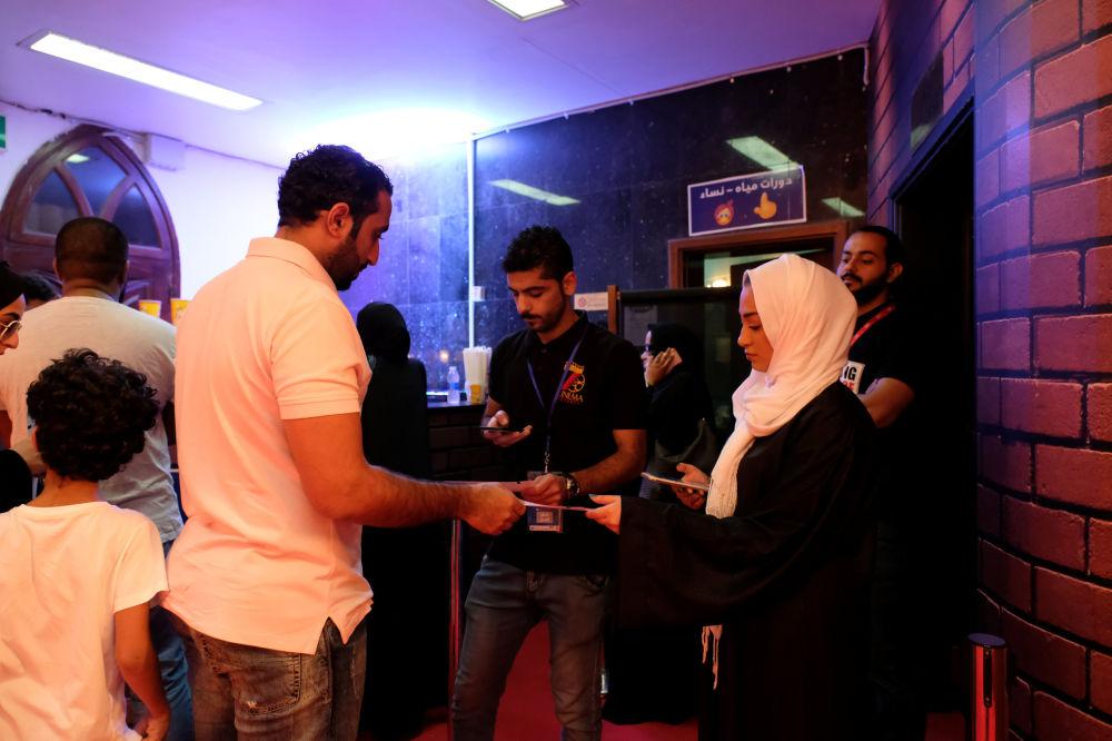 زوار السينما الأولى في المملكة العربية السعودية في جدة على مدى السنوات الـ 35 الماضية