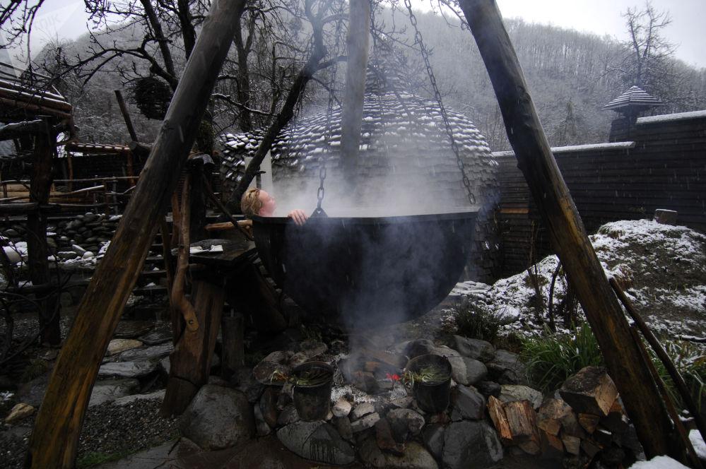 عطلة في الحمام الساخن بريتيش بانيا في المنتجع الشتوي كراسنايا بوليانا في سوتشي، روسيا