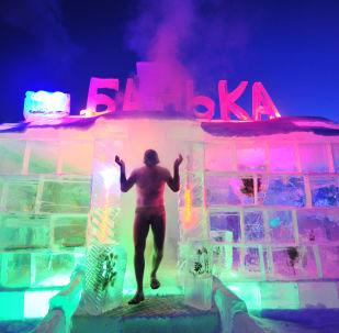 رجل يخرج من الحمام الساخن داخل مدينة جليدية في بايكالسك، روسيا