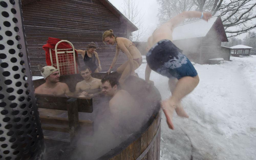 أشخاص يشاركون في ماراثون الحمام الساخن في أوتيبيا، إستونيا
