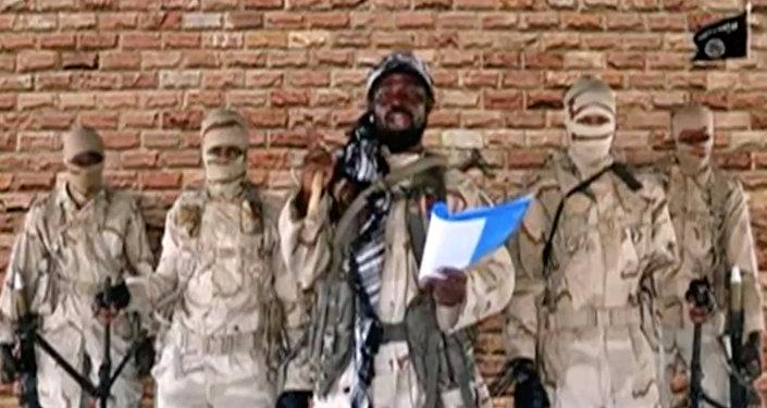 زعيم جماعة من فصائل جماعة بوكو حرام، أبو بكر شيكاو يتحدث أمام الحراس في مكان مجهول في نيجيريا