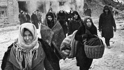 سكان مدينة لينينغراد المحاصرة يخرجون من منازلهم بعد إطلاق صافرات إنذار