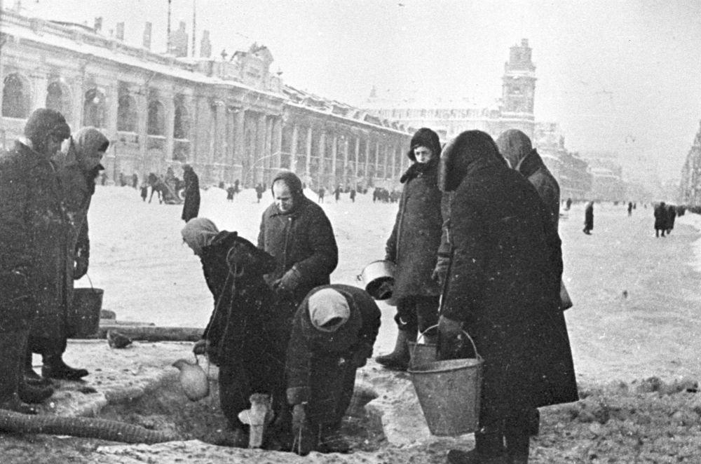 سكان لينينغراد المحاصرين يقفون في طابور للحصول على الماء