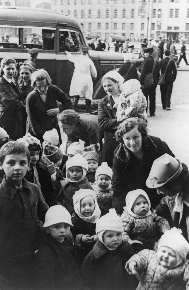إجلاء المدنيين من مدينة لينينغراد خلال الحرب الوطنية العظمى (1941-1945)