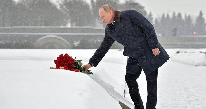 بوتين يضع الورود على النصب التذكاري لضحايا حصار لينينغراد، 18 يناير/كانون الثاتي 2018