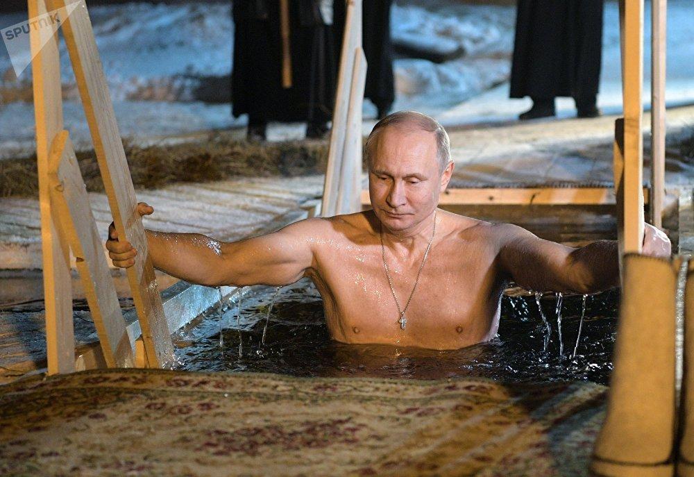 الرئيس فلاديمير بوتين يشارك في احتفالات عيد الغطاس في بحيرة سيليغر، 19 يناير/ كانون الثاني 2018