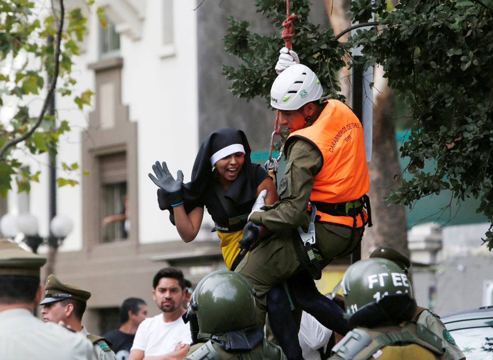 الشرطة تحتجز متظاهرا يرتدي زي راهبة خلال زيارة بابا الفاتيكان فرانسيس إلى سانتياغو، تشيلي 15 يناير/ كانون الثاني 2018