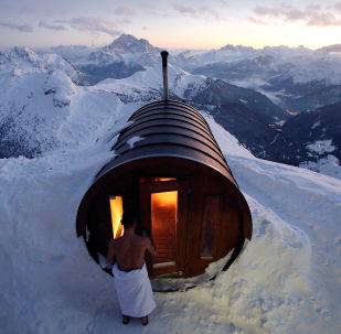 رجل يدخل الحمام الساخن في أعلى قمة جبل لاغازوي شمال إيطاليا