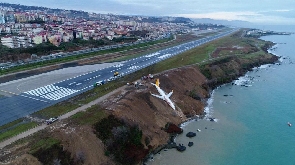طائرة شركة الطيران الجوي بيغاسوس (Pegasus) على منحدر مطار طرابزون على البحر الأسود، تركيا 14 يناير/ كانون الثاني 2018