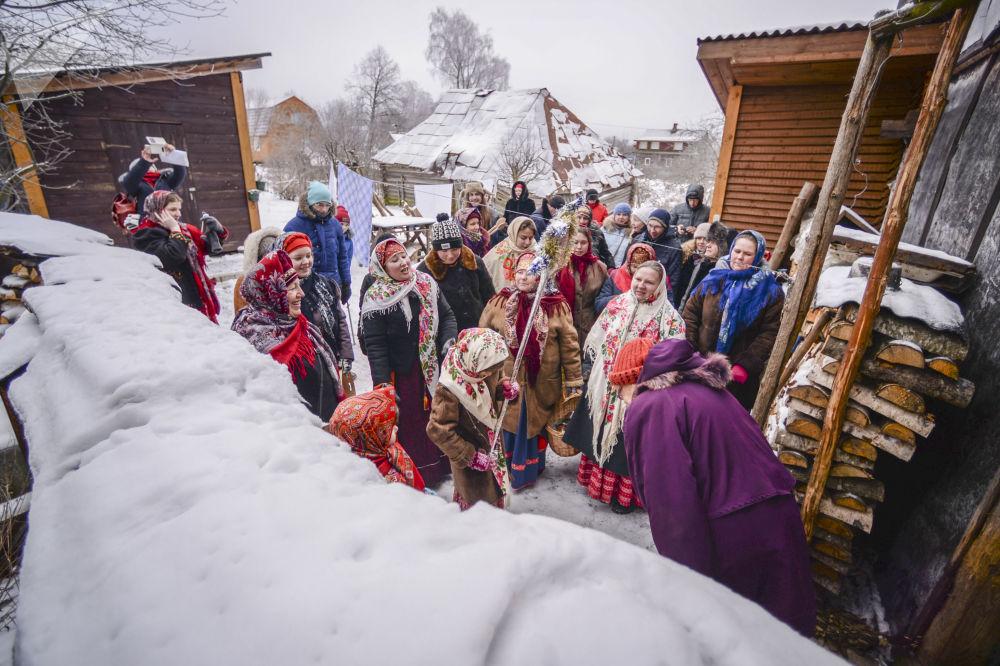 المشاركون في مسيرات احتفالية فيف ترة الأيام المقدسة (ما بين عيد الميلاد وعيد الغطاس) في قرية لوجغولوفو في حي سلانتسيفسكي