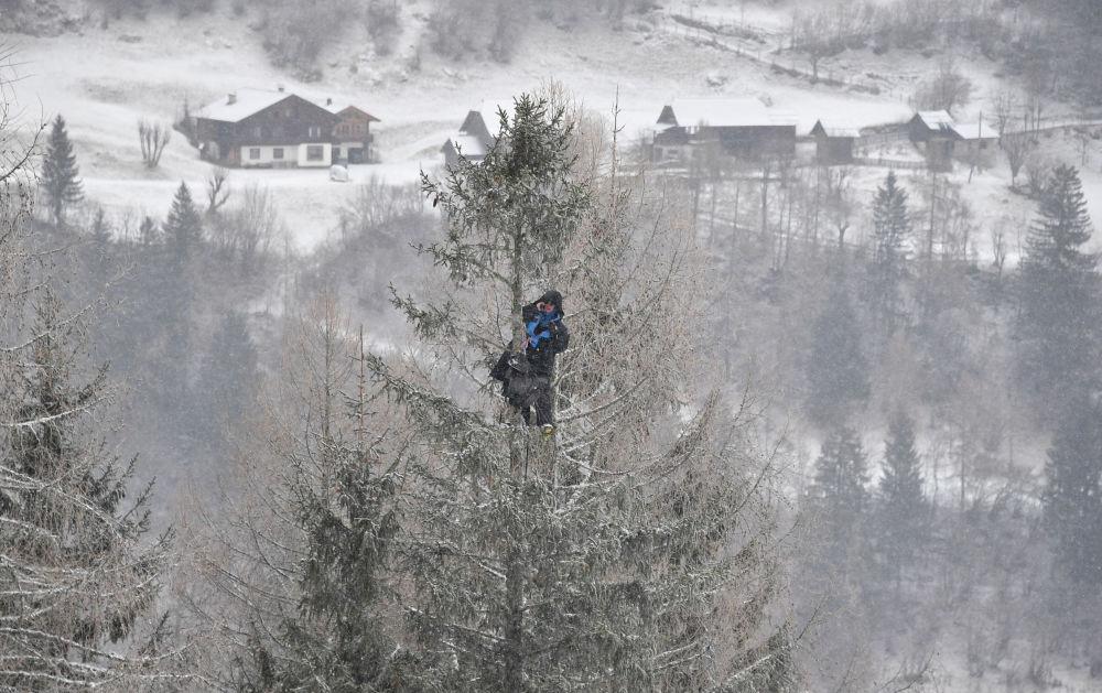 مدرب يجد موقعا مناسبا لمتابعة بطولة كأس العالم للتزلج للنساء في باد كلاينكيرتشيم، النمسا 14 يناير/ كانون الأول 2018