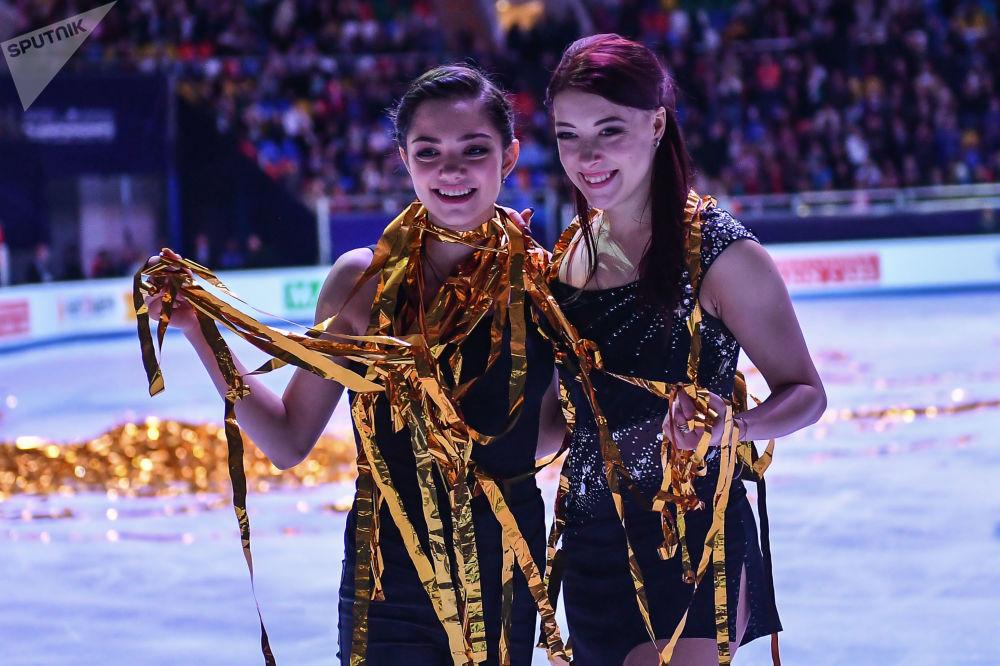 الروسيتان يفغينيا مدفيديفا (يسار الصورة) ويكاتيرينا بوبروفا (يمين الصورة) خلال الأداء الفني في بطولة أوروبا للتزلج على الجليد في موسكو