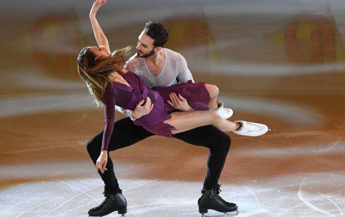الرياضيان غابرئيلا باباداكيس وغيوم سيزيرون (فرنسا) خلال تقديم برنامجهما الفني في بطولة أوروبا للتزلج على الجليد في موسكو
