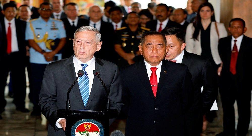 وزير الدفاع الأمريكي خلال زيارته إلى أندونسيا