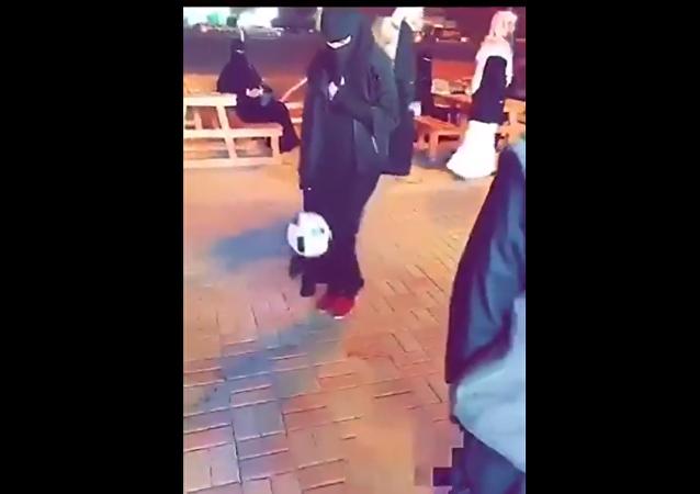 فتاة سعودية تمتلك مهارات عالية في لعب الكرة