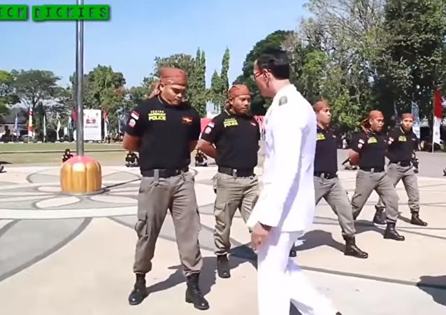 عمدة اندونيسي يختبر رجال الشرطة بطريقة غريبة
