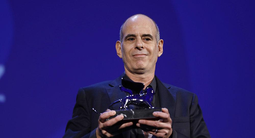 المخرج صامويل ماوز يحصل على جائزة الأسد الفضي عن فيلم فوكستروت خلال حفل توزيع الجوائز في مهرجان البندقية السينمائي