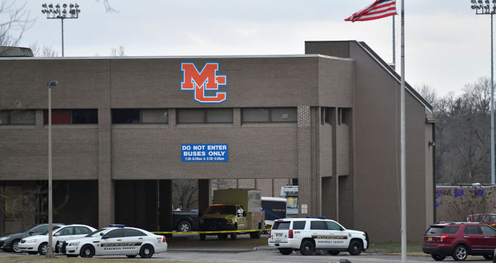 الشرطة الأمريكية تتفقد مكان حادثة إطلاق نار في مدرسة مارشال الثانوية في بنتون، كنتاكي، الولايات المتحدة 23 يناير/ كانون الثاني 2018