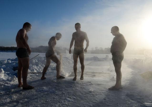 أعضاء النادي الرياضي للسباحة الستوية في نوفوسيبيرسك، درجة حرارة الجو 26 تحت الصفر