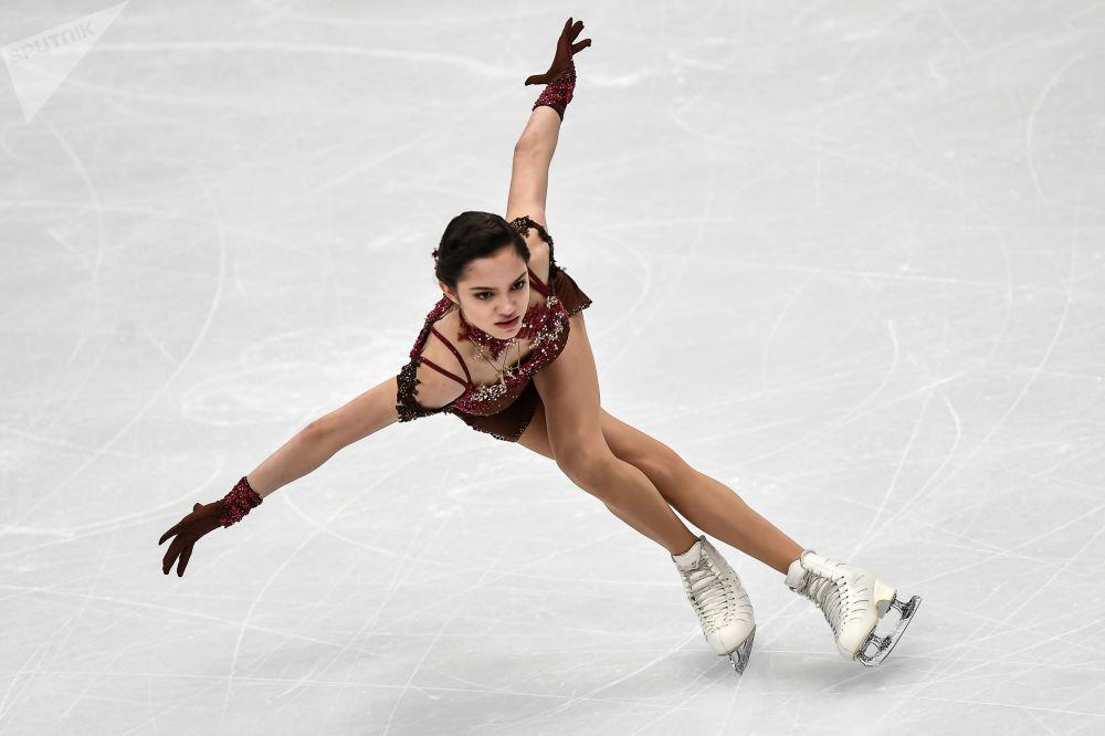 الروسية يفغينيا مدفيديفا خلال أدائها في بطولة أوروبا للتزلج على الجليد في موسكو