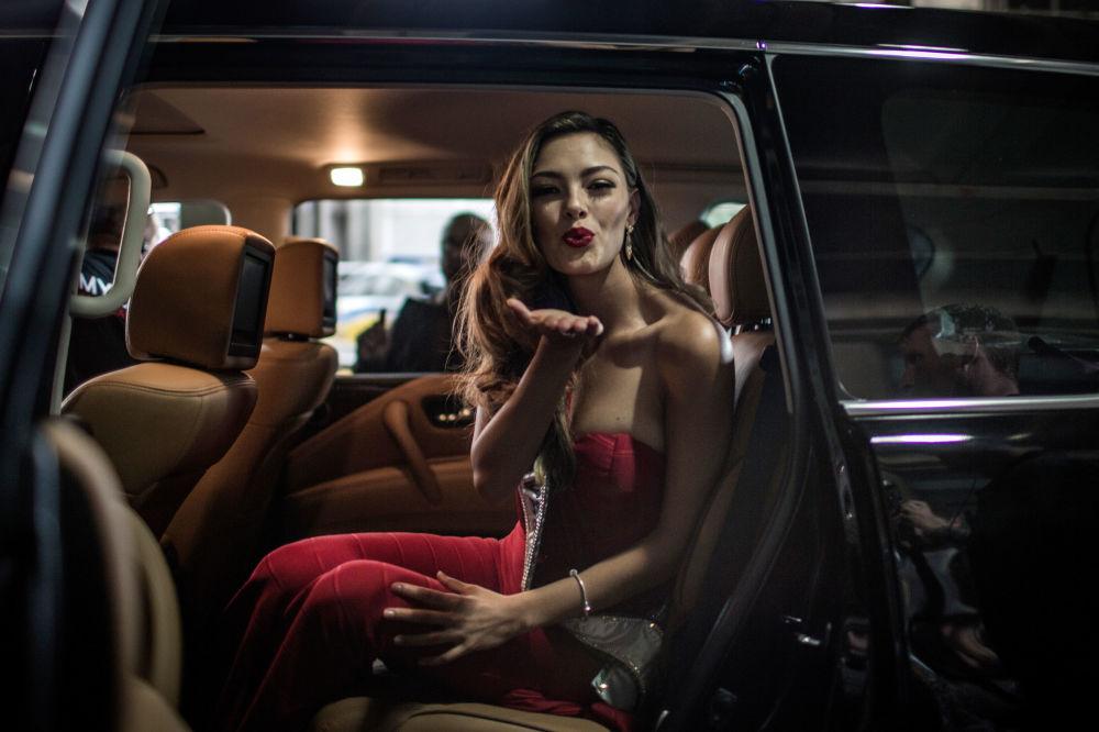 ملكة جمال الكون لعام 2017، ديمي لاي نيل-بيترس، ترسل قبلة على الهواء، وهي تخرج من سيارة بعد وصولها إلى مطار تامبو الدولي في جوهانسبورغ، جنوب أفريقيا  24 يناير/ كانون الثاني 2018