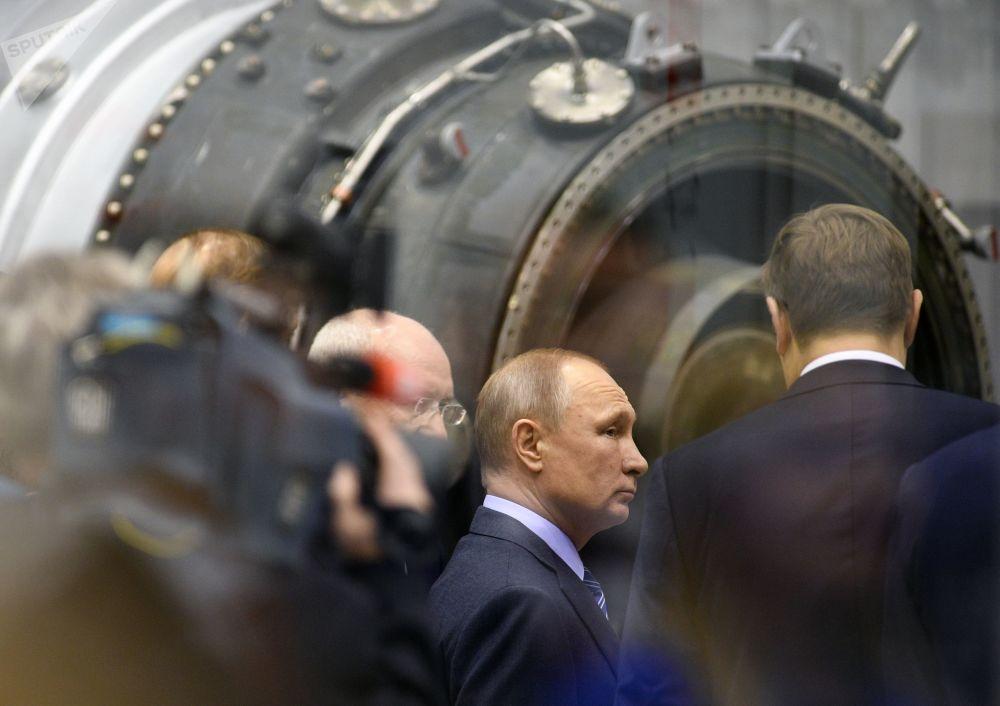 الرئيس فلاديمير بوتين أثناء زيارته لشركة مساهمة في صناعة المحركات في أوفا، 24 يناير/ كانون الثاني، روسيا