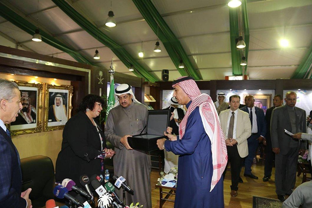 وزيرة الثقافة المصرية  تتسلم هدية تذكارية من ملحقية السفارة السعودية بالقاهرة