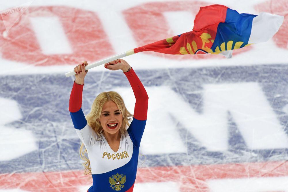 فتاة من فريق التجشيع الروسي خلال وقت الاستراحة لمباراة الهوكي روسيا وبيلاروسيا