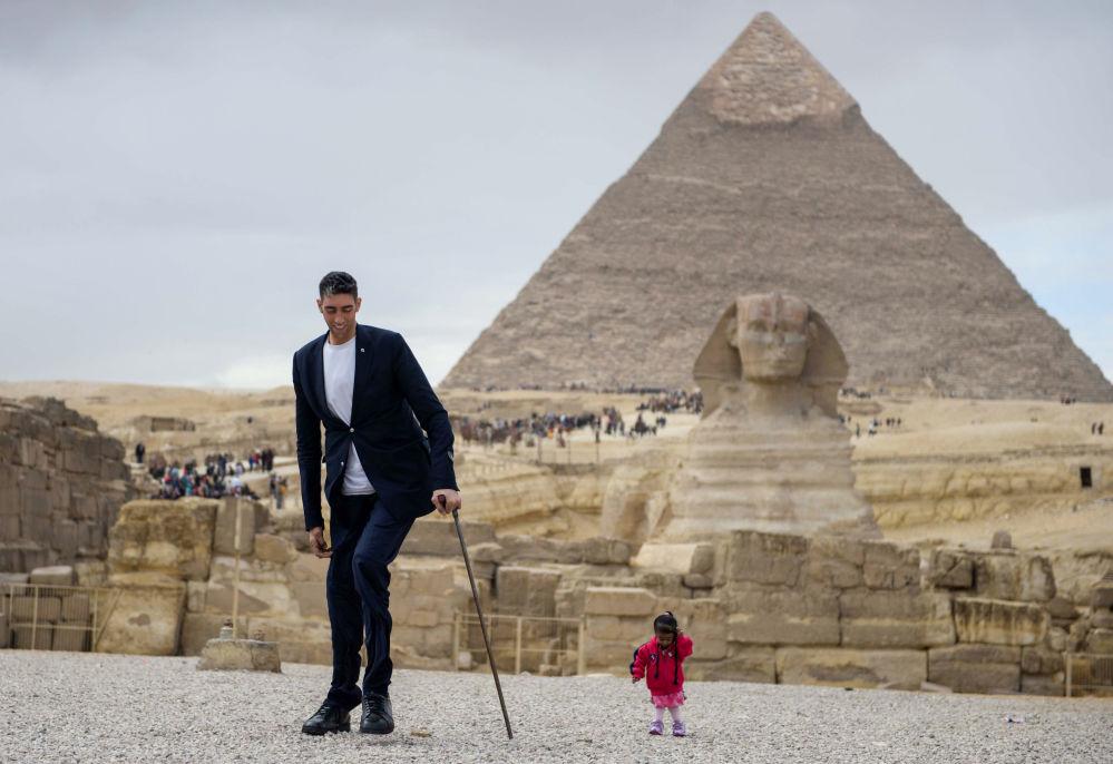 التقاء أطول رجل في العالم - التركي سلطان كوسين، وأقصر امرأة في العالم - الهندية جيوتي أمجي في مصر،  26 يناير/ كانون الثاني 2018