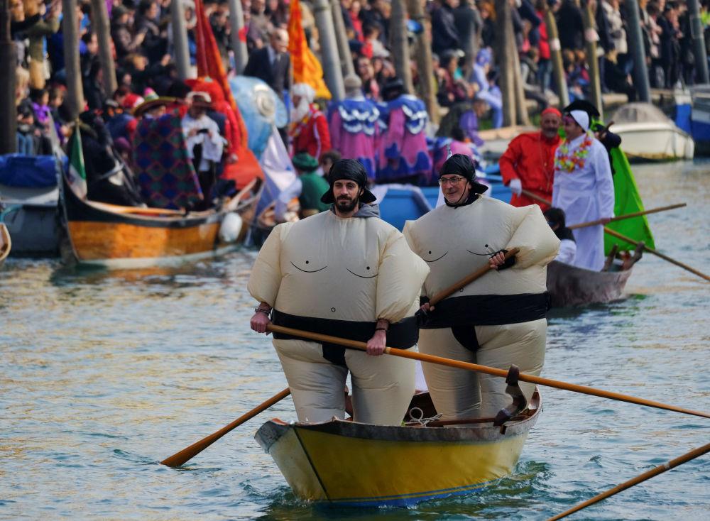 المواطنون المحليون يركبون مراكب في قناة الكنال الكبير خلال مراسم الاحتفال بكرنفال فينيسيا، فينيسيا، إيطاليا 28 يناير/ كانون الثاني 2018