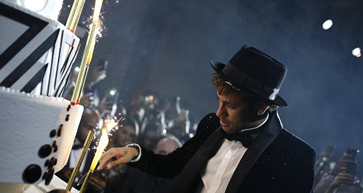 نيمار يحتفل بعيد ميلاده الـ26
