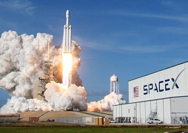 شركة سبيس إكس تختبر بنجاح صاروخها فالكون هيفي