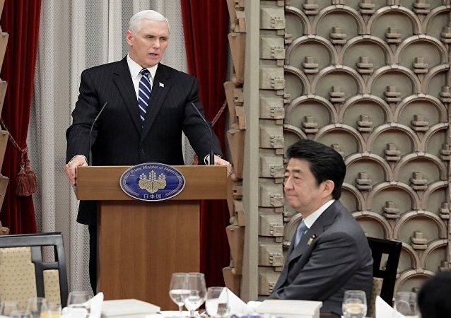 مايك بنس خلال زيارته إلى اليابان