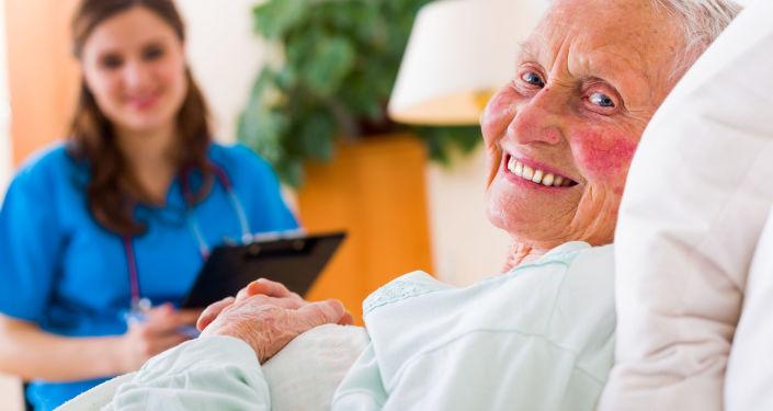 سيدة عجوز في المشفى