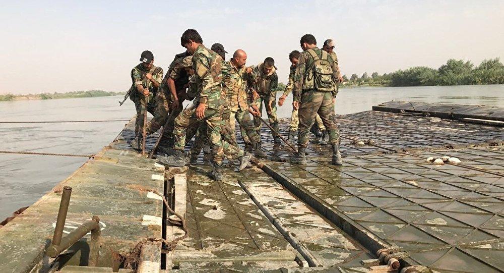 جنود سوريون يستعدون لعبور الفرات