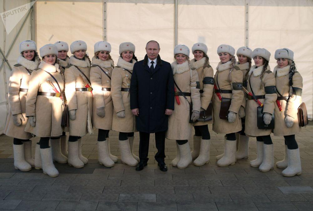 الرئيس فلاديمير بوتين يلتقط صورة جماعية وسط المشاركين في مراسم الاحتفال بالذكرى الـ 75 للانتاصار في معركة ستالينغراد، 2 فبراير/ شباط 2018