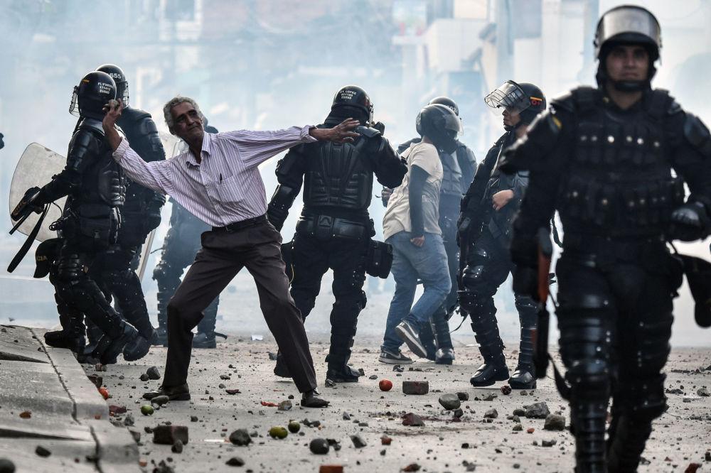 احتجاجات ضد رودريغو لوندونيو إتشيفيري الذي أعلن من مشاركته في الانتخابات الرئاسية في كولومبيا 7 فبراير/ شباط 2017