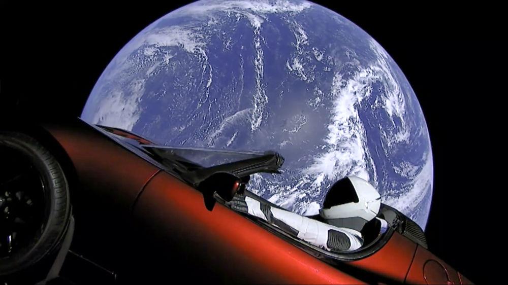 صورة من الفيديو قدمتها SpaceX - إنطلاق سيارة تسلا (Tesla ) الرياضية التي أطلقت في الفضاء خلال أول رحلة اختبار صاروخ فالكون الثقيل (Falcon Heavy)، 6 فبراير/ شباط 2018