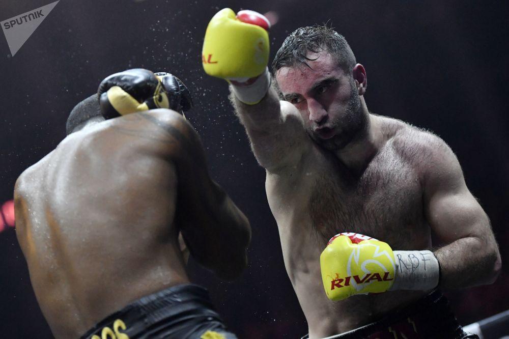 (من اليمين إلى اليسار): الروسي مورات غاسييف والكوبي يونير دورتيكوس في نهائي بطولة المصارعة (WBSS) في سوتشي