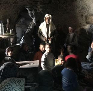 لاجئون كرديون يختبئون من الضربات الجوية التركية في منطقة جبلية في ضواحي عفرين شمال سوريا